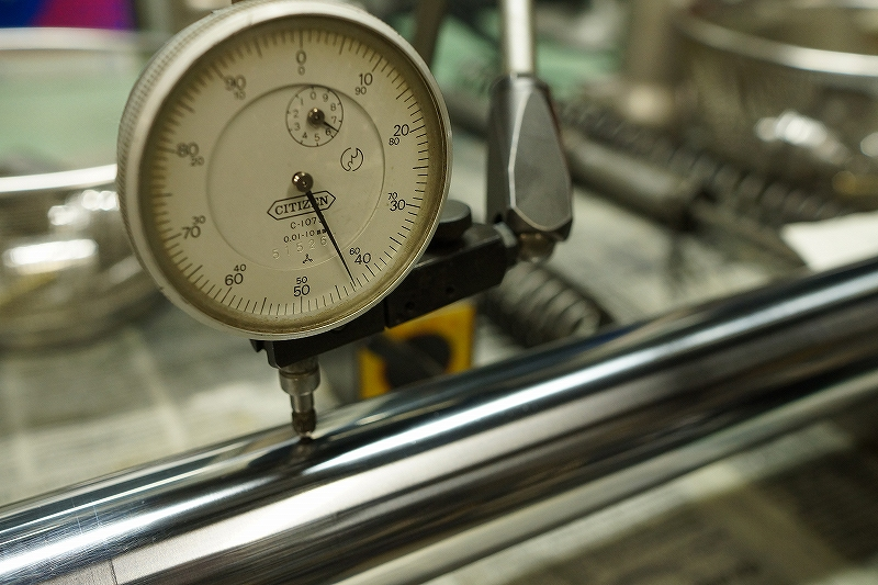 精密機器で曲がりを測定(フロントフォーク インナーチューブ)