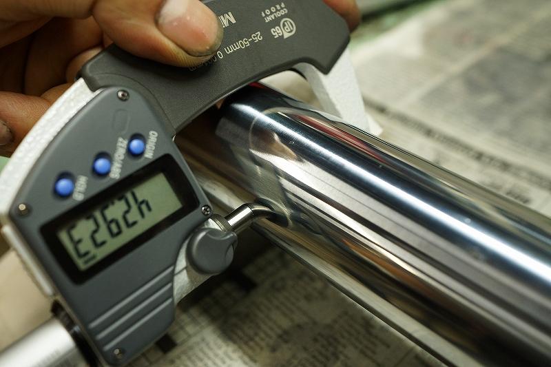 精密機器で摩耗を測定(フロントフォーク インナーチューブ)